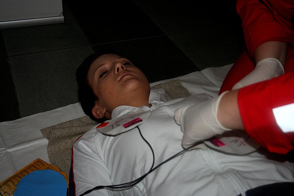 Prikaz oživljanja in uporabe defibrilatorja